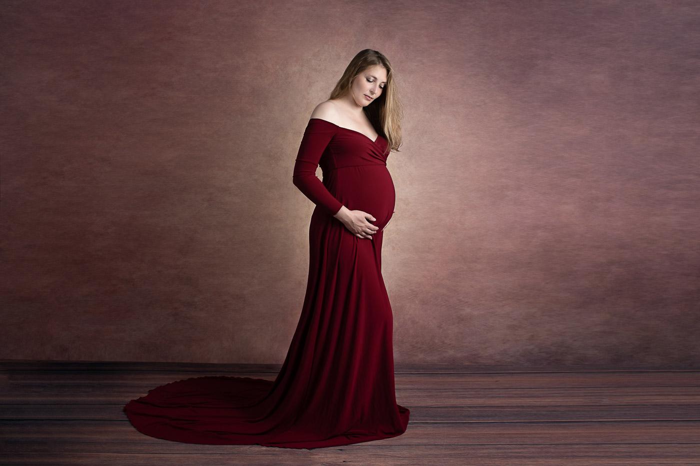 Fotos von Schwangere mit sichtbaren schönen Babybauch in der Natur oder Fotoshooting im Studio von BabyBauchfotografin Fernanda Cunha in Bad Segeberg für Lübeck, Bad Oldesloe, Eutin, Neumünster, Hamburg.