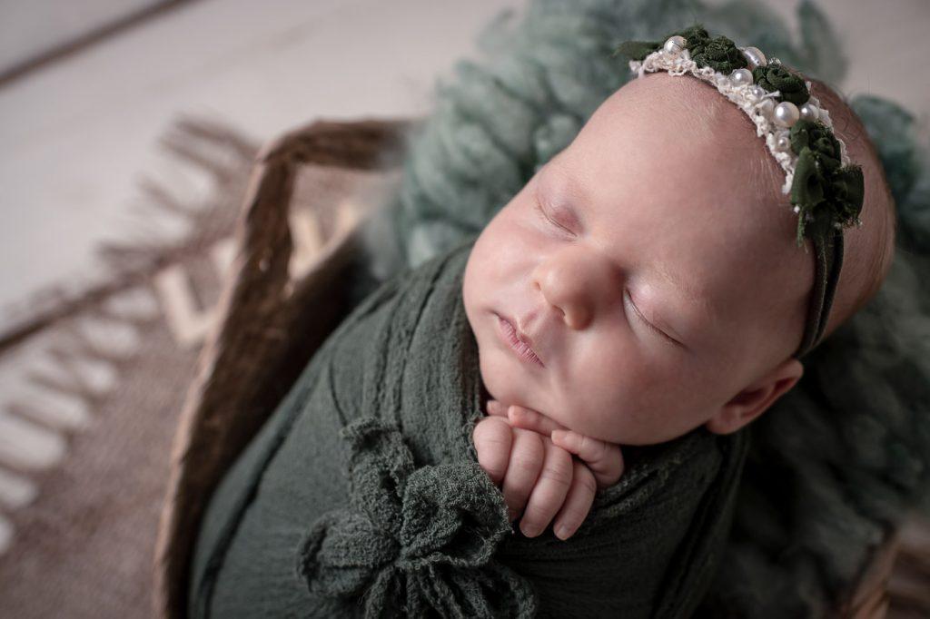 Fotos von neugeborenen Baby kurz nach der Geburt im Krankenhaus. Fotoshooting mit Baby und Familie im Fotostudio von Babyfotografin Fernanda Cunha in Bad Segeberg für Lübeck, Eutin, Neumünster, Bad Oldesloe,Hamburg.